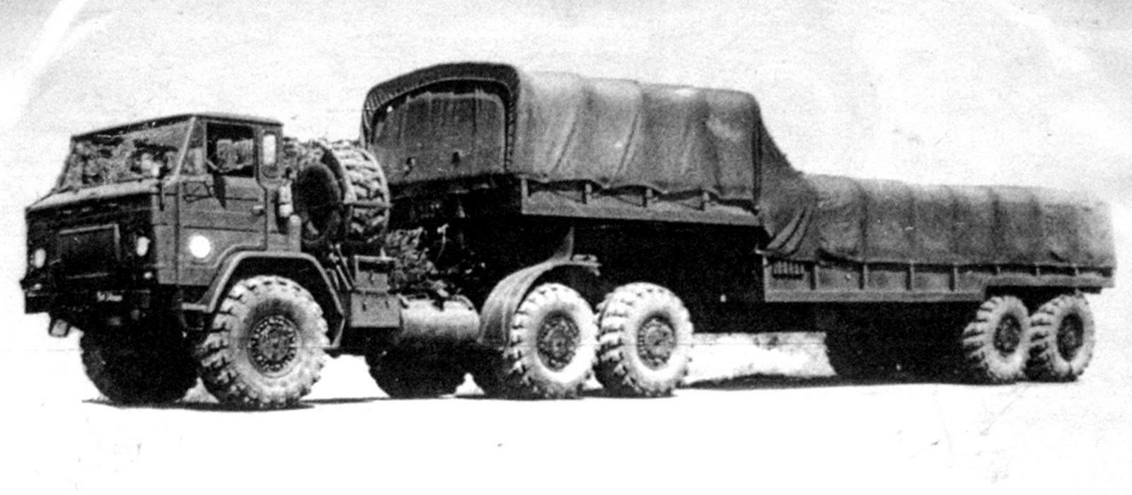 Опытный тягач КрАЗ-Э259 с активным бортовым полуприцепом Э834 (из архива НИИЦ АТ)