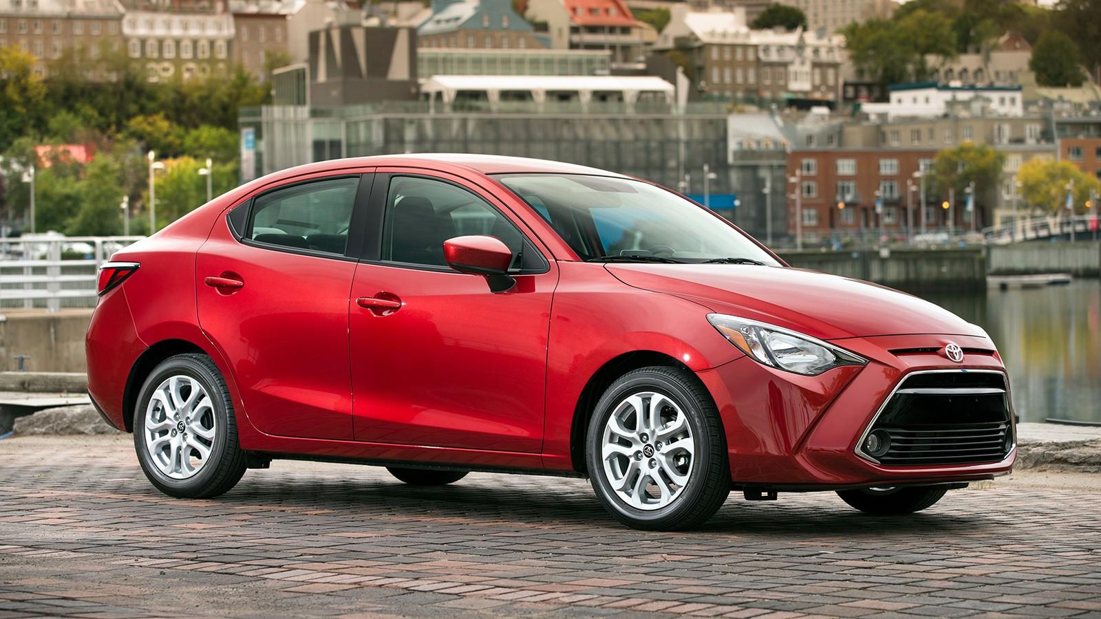 На фото: седан Toyota Yaris. Модель в этом типе кузова доступна на рынке США И Канады. Является перелицованной версией Mazda2