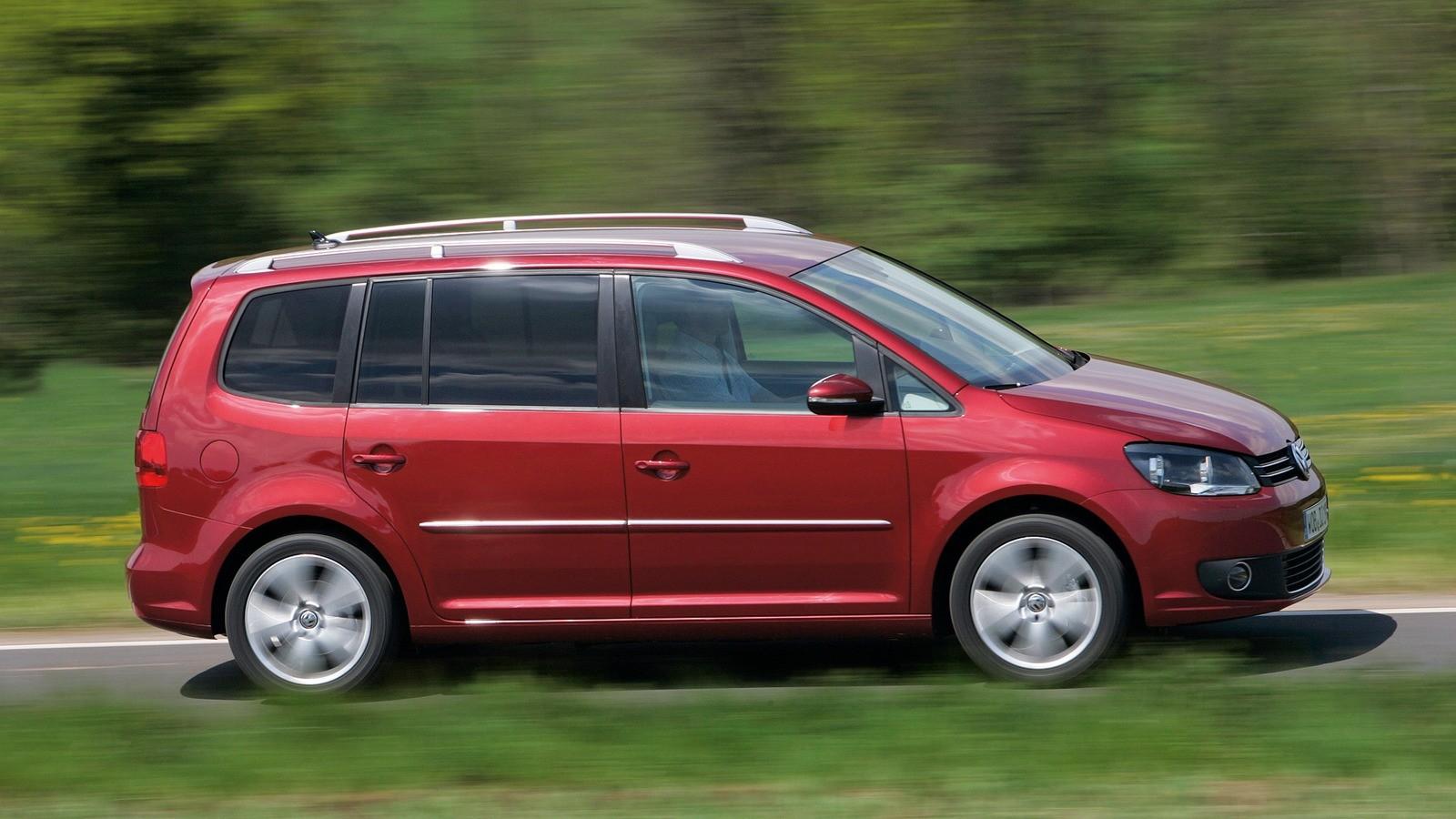 Volkswagen Touran '2010–15 красный сбоку на трассе