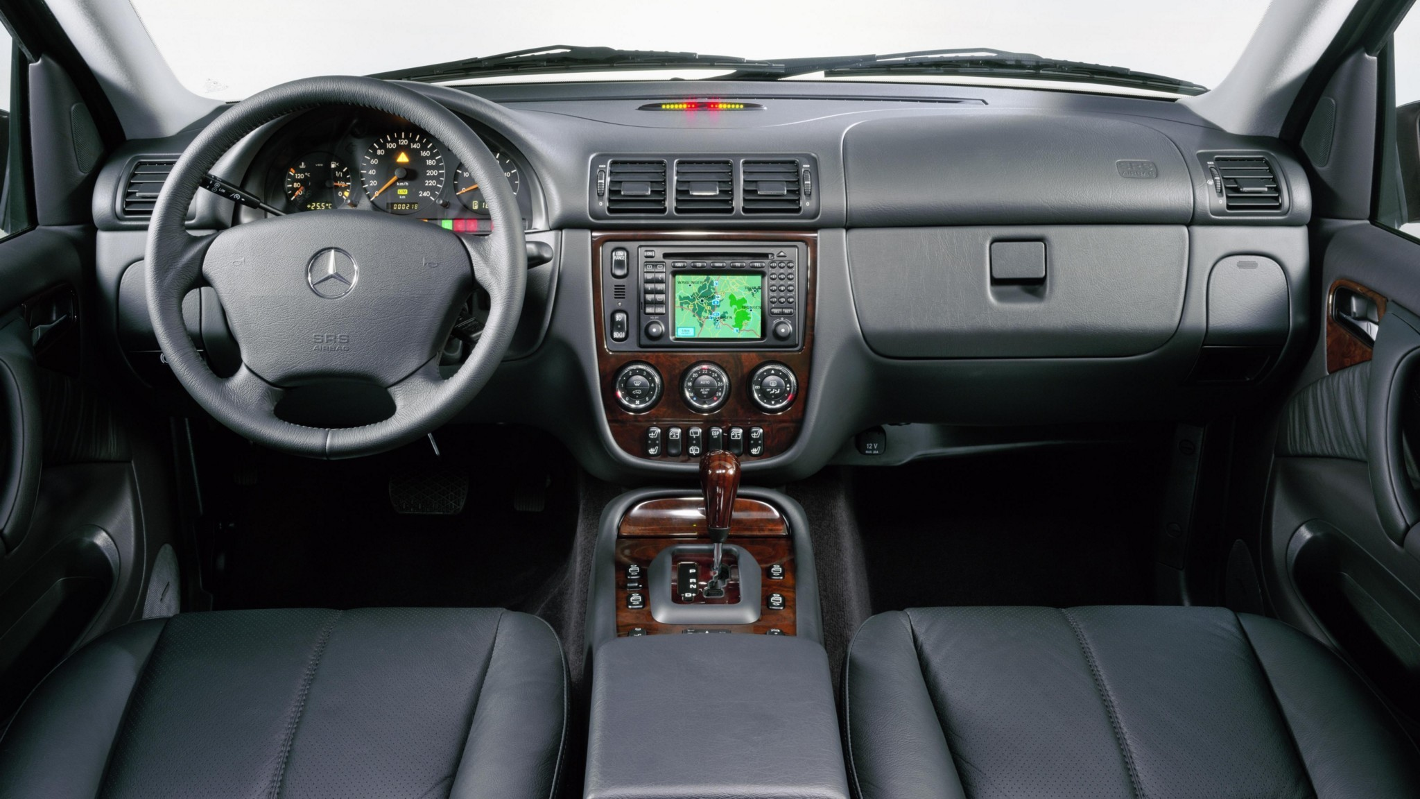 На фото: интерьер Mercedes-Benz ML 500 (W163) '2001–05