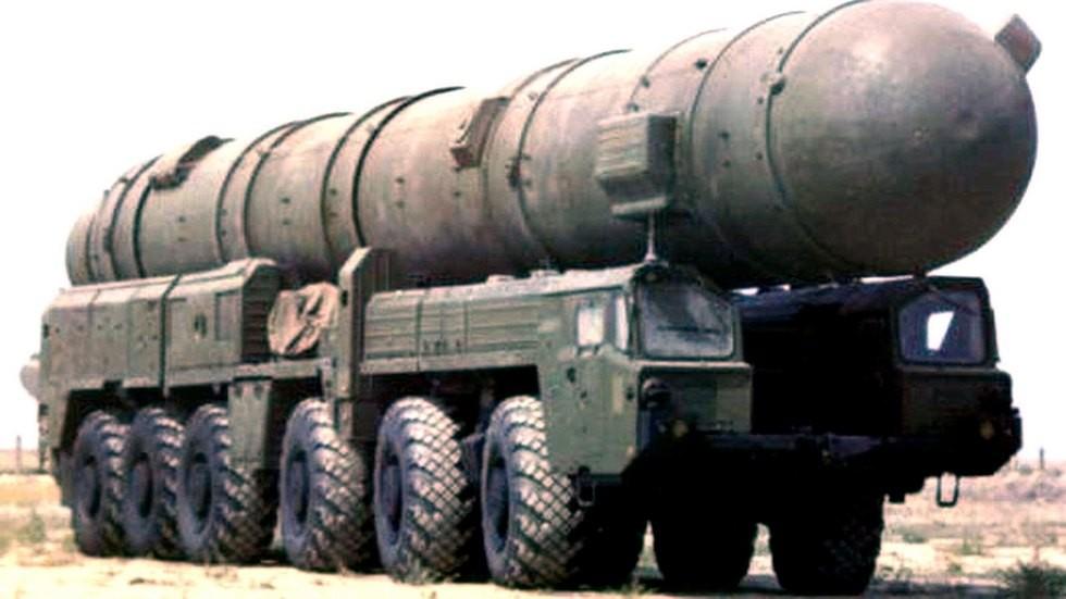 Транспортно-перегрузочная машина 15Т116 с ракетным контейнером на шасси МАЗ-547А