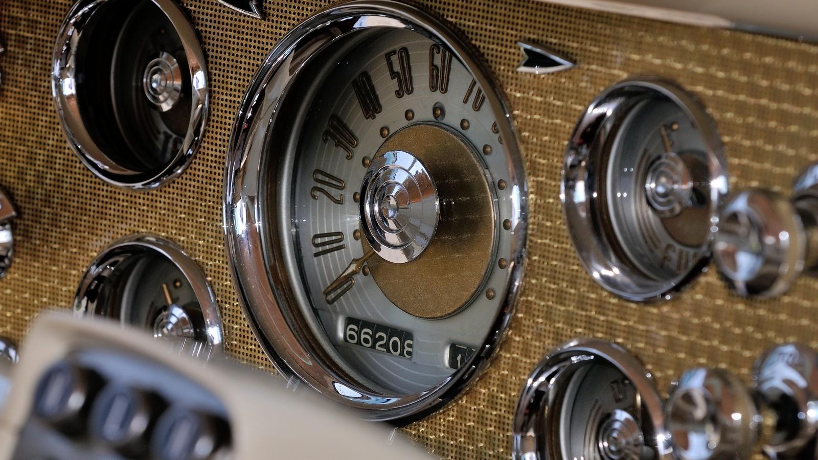 Панель приборов Caribbean с кнопочным селектором автомата: очень, очень похоже на Чайку. Точнее, наоборот.