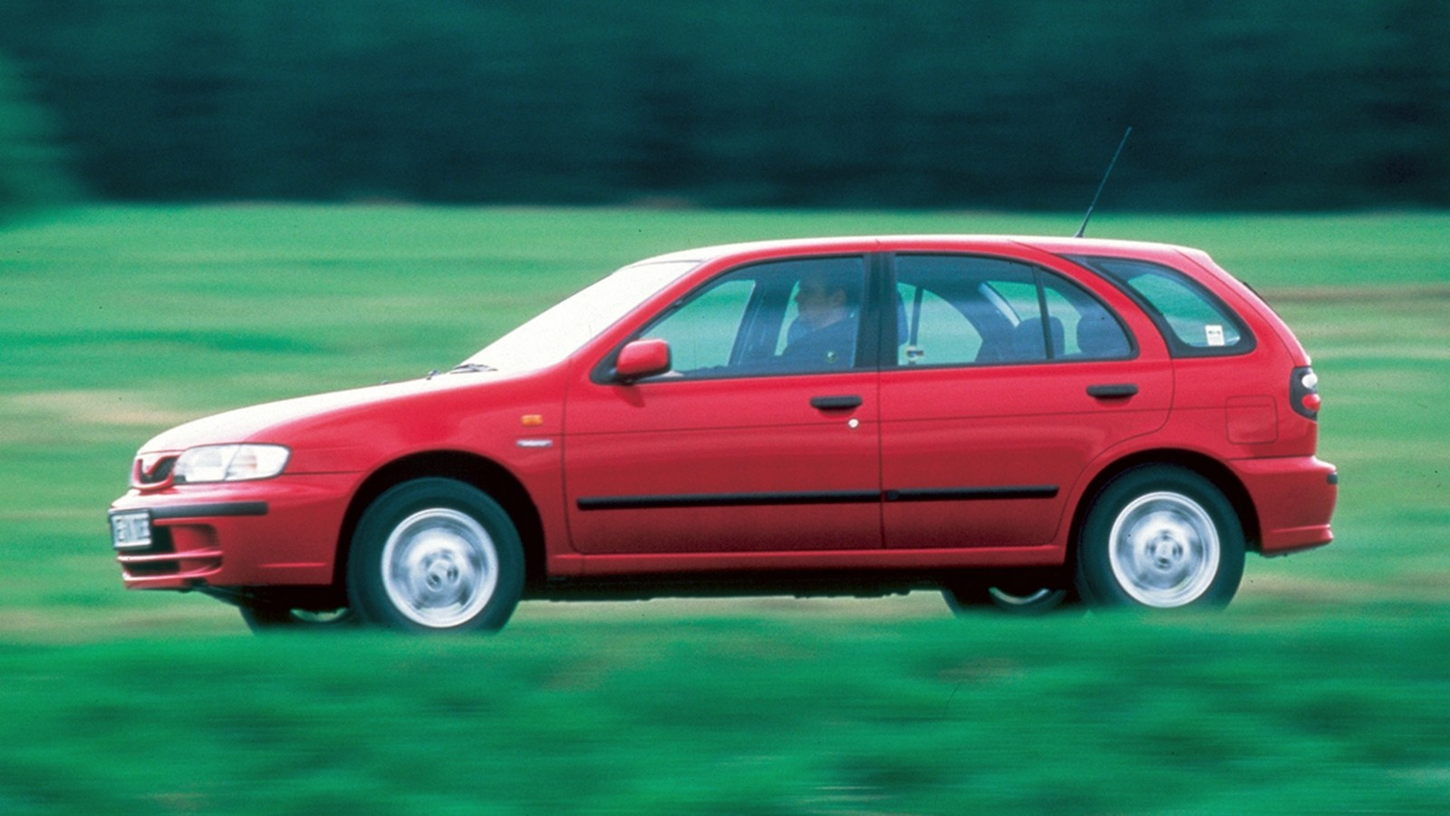 На фото: Nissan Almera ' 1995