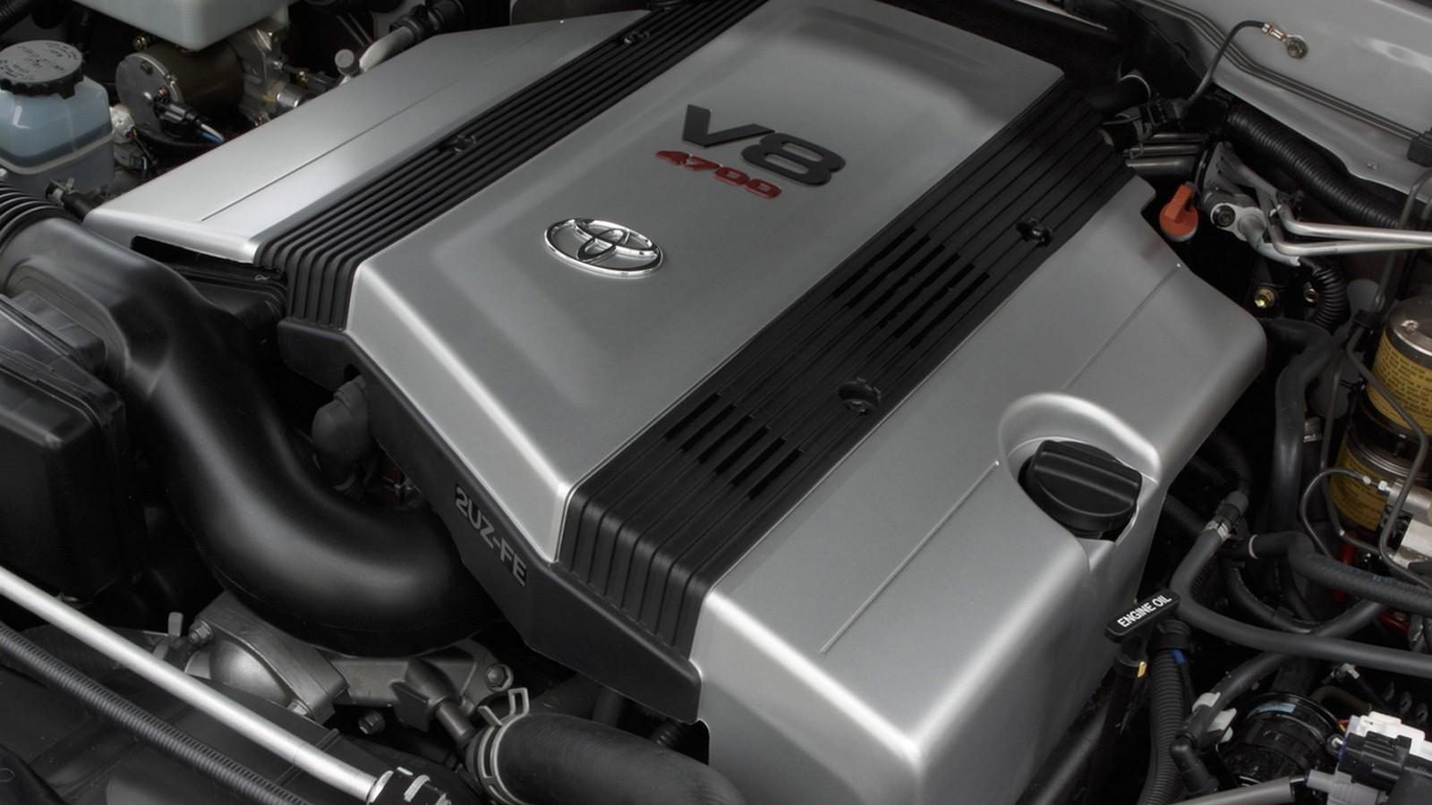 На фото: Под капотом Toyota Land Cruiser 100 VX '2002–05