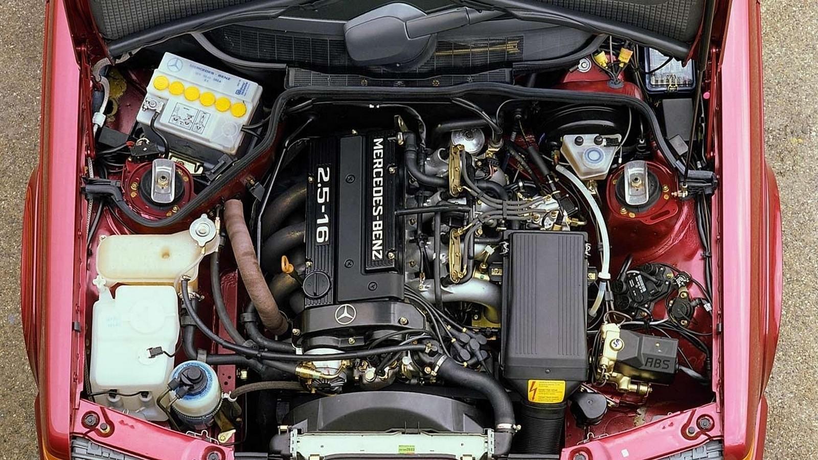 На фото: Под капотом Mercedes-Benz Mercedes-Benz M102.990