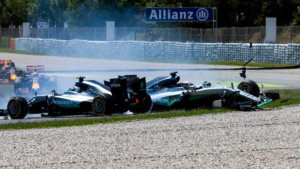 Столкновения между пилотами Mercedes лишают команду важных очков в чемпионате мира
