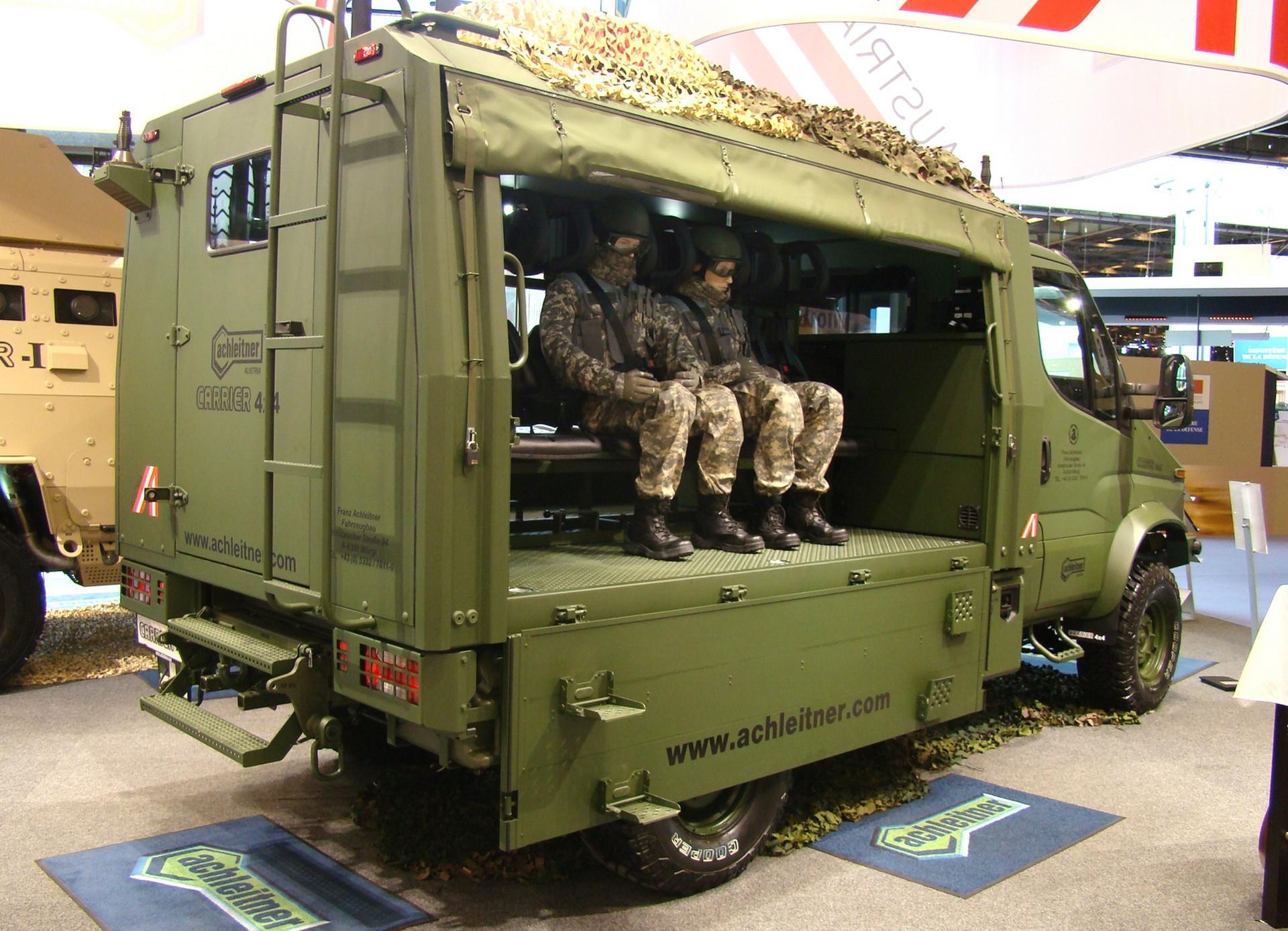 На продольной скамейке грузового отсека помещаются восемь солдат