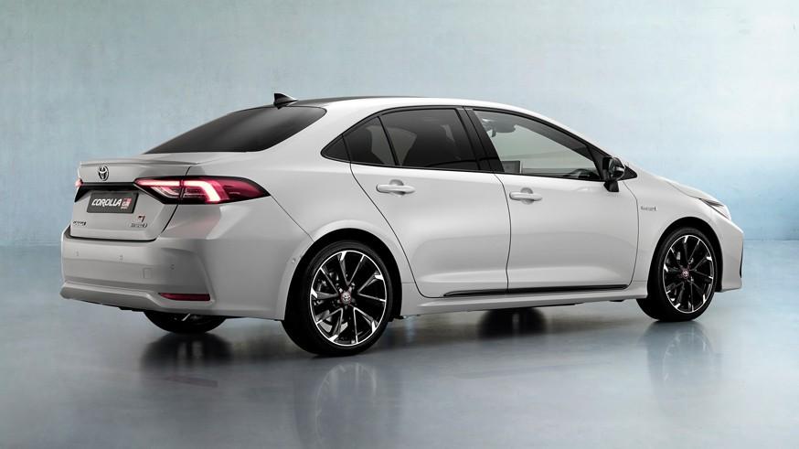 Toyota раскрыла cедан Corolla «под спорт», который появится и в России: обошлись декором