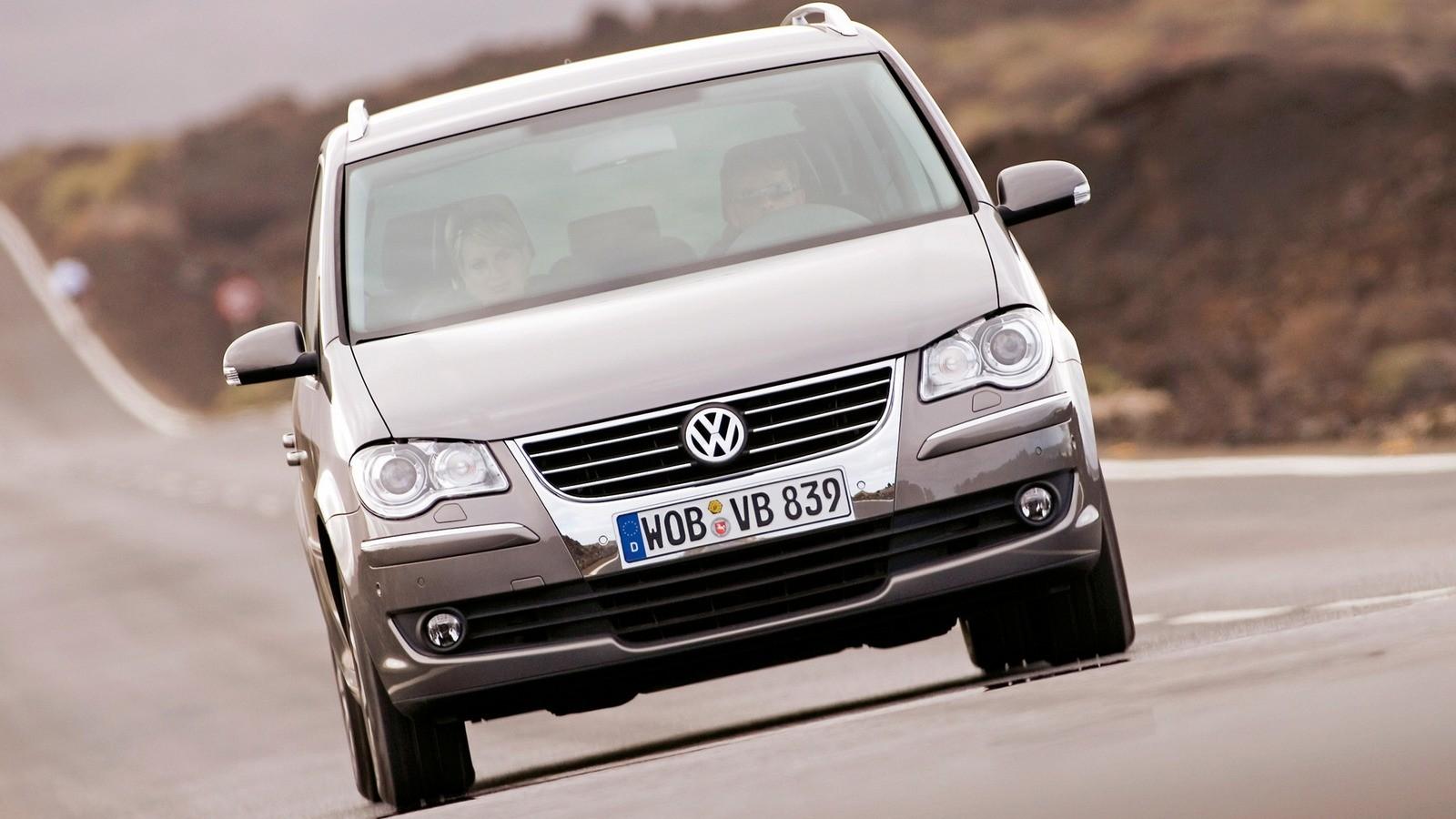 Volkswagen Touran спереди в движении
