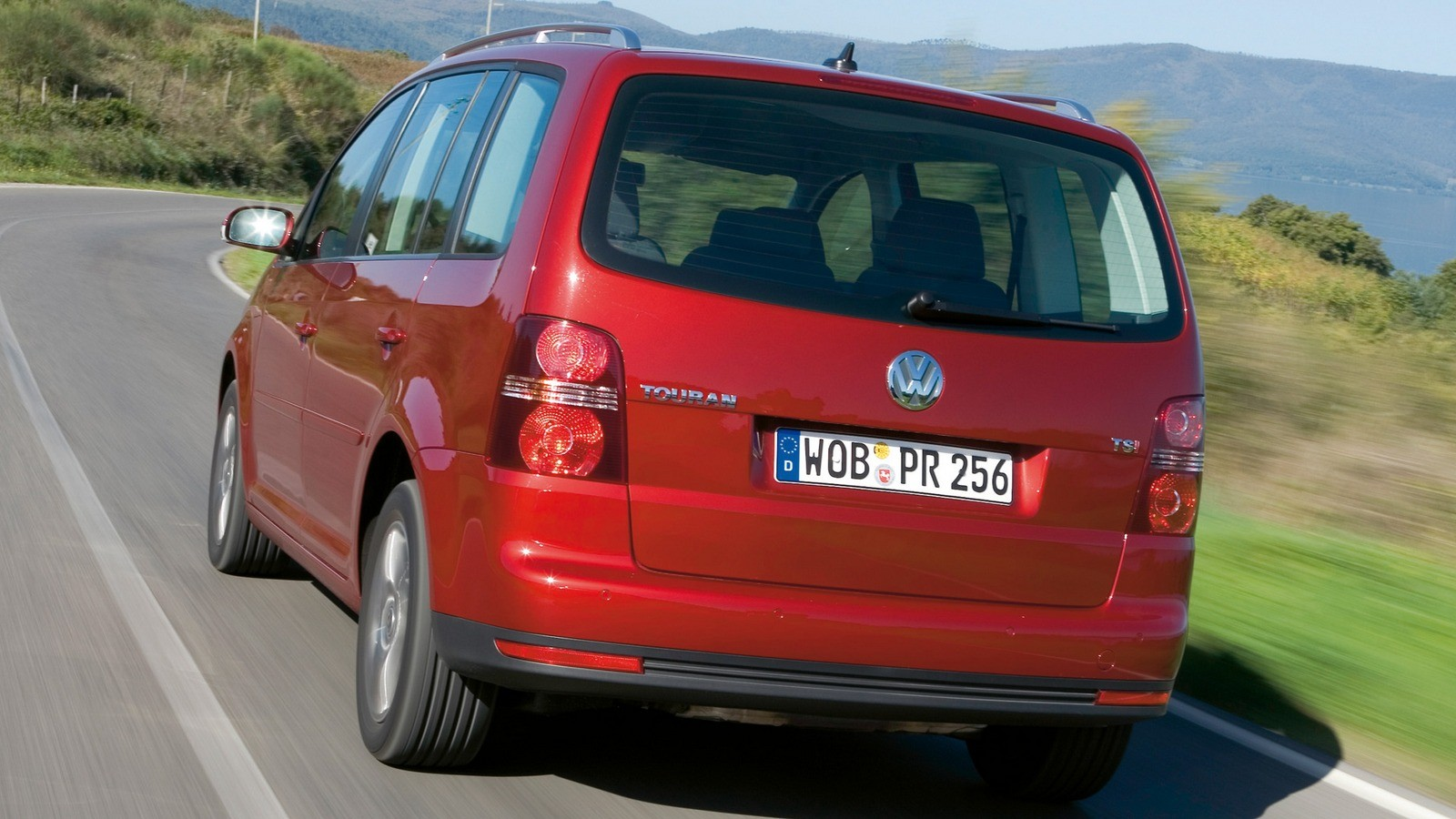 Volkswagen Touran красный сзади на трассе