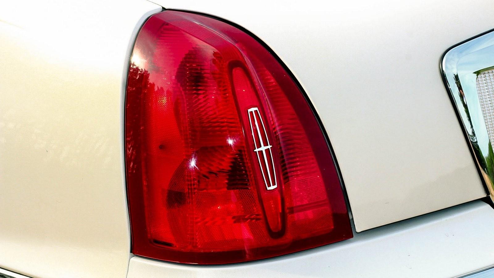 Lincoln Town Car III фонарь