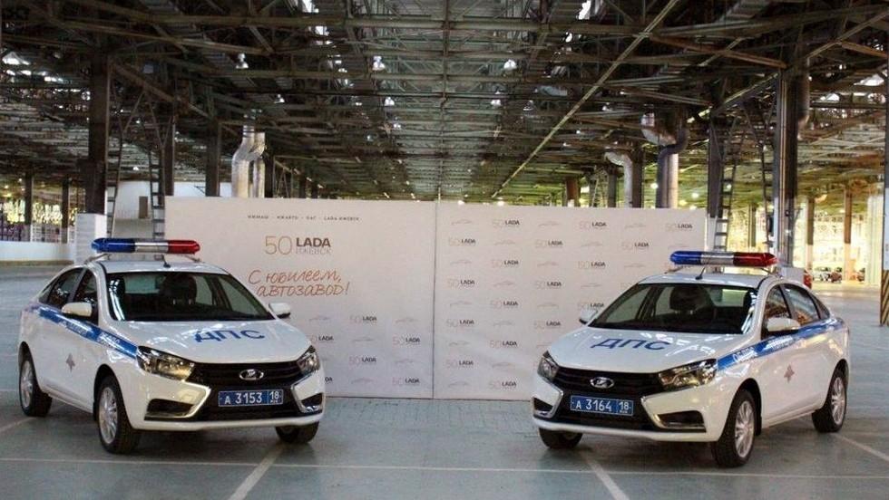 На фото: седаны Lada Vesta, переданные ГИБДД Удмуртии в декабре 2015 года