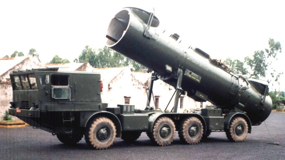 Боевая машина СПУ-35Б с транспортным контейнером в боевом положении (из архива автора)