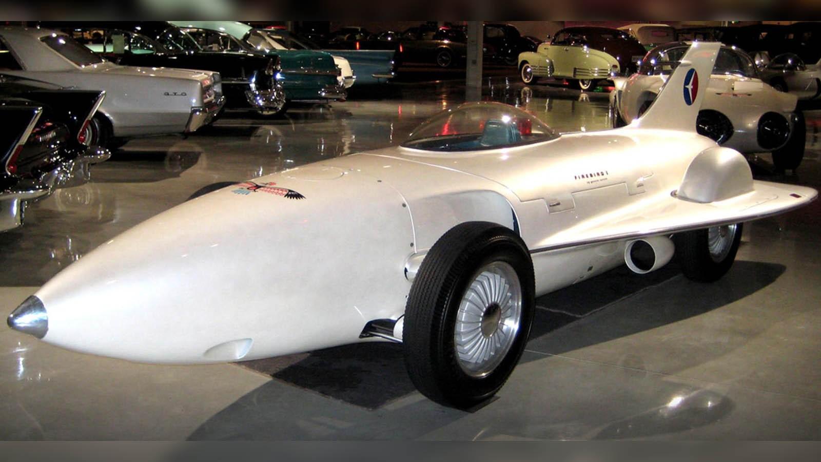 Через три года был представлен более строгий четырехместный вариант Firebird II (XP-43) с новым ГТД GT-304 в 200 сил при рабочем режиме 25 тысяч оборотов в минуту и дисковыми тормозами. На этот раз он был похож на гоночный автомобиль с передним остроконечным обтекателем и упрятанными в него фарами, небольшими боковыми крыльями, прозрачной крышей-фонарём и хвостовым оперением. В отличие от первенца его напичкали мелкими оригинальностями: двухсекционные двери, бортовой компьютер, блок автоматического переключения световых приборов.Второй газотурбинный вариант Firebird II, напоминавший рекордно-гоночный автомобиль. 1956 годХарли Эрл с удовольствием позирует у своего уникального газотурбинного детища GM Firebird IIВскоре за ним появилась третья приземистая шестиметровая «сказочная огненная птица» Firebird III (XP-73) с 225-сильным двигателем GT-305 и самолетным фонарём, ощетинившаяся всеми своими стеклопластиковыми кузовными панелями и ножевидными кромками дверей, крыльев и всевозможных хвостов. Для питания бортовых систем, кондиционера и круиз-контроля служил миниатюрный бензиновый движок в 10 сил.Третий газотурбинный уникум Firebird III с уймой полезных и бесполезных крыльев и крылышек. 1958 годChrysler Corporation: 27 лет во славу газовых турбинВ 1954 году эта корпорация сделала ставку на массовый выпуск перспективных легковых машин с газотурбинными силовыми установками. Для этого было создано специальное подразделение Chrysler Turbine Car, где под руководством главного конструктора Джорджа Хюбнера создавалось обширное семейство легковушек массового пользования с ГТД собственной конструкции, которые внешне особо не отличались от серийных моделей Dodge и Plymouth.Листалка из 3 фото с разными подписямиГазотурбинная 100-сильная машина Plymouth Belvedere после завершения пробега «от океана до океана». 1956 годДемонстрация автомобиля Plymouth Fury с двигателем CR-2. Слева — изобретатель Джордж Хюбнер. 1959 годГазотурбинное купе Dodge Dart-330 Turbo с 140-сильным ГТД CR-2A