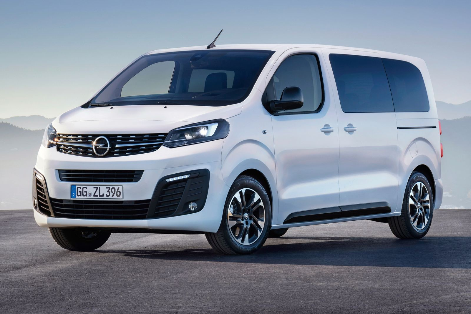Opel Zafira Life – это слегка перелицованный Citroen SpaceTourer / Peugeot Traveller.