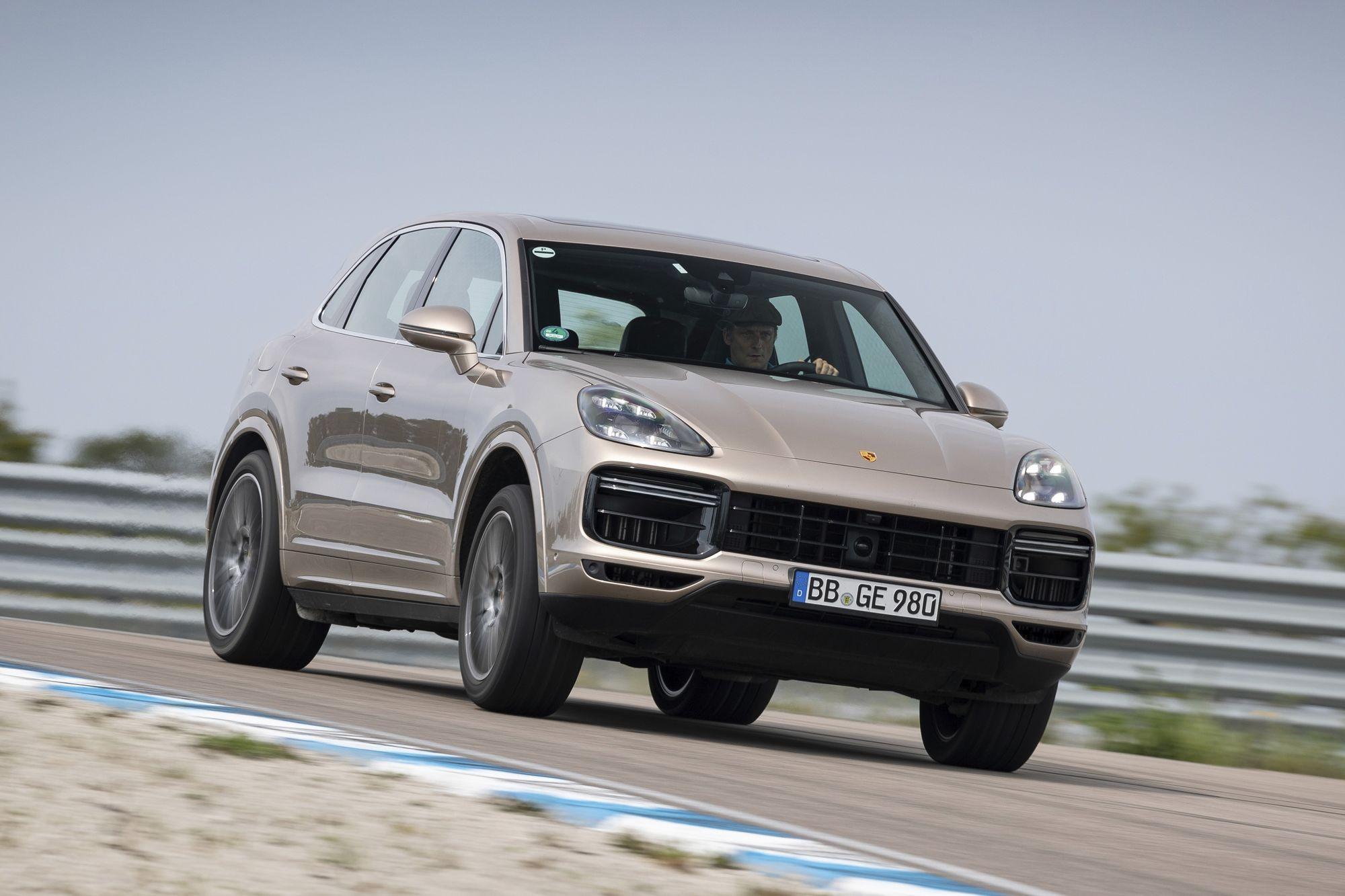 Опасный запах: в России отзывают кроссоверы Porsche Cayenne