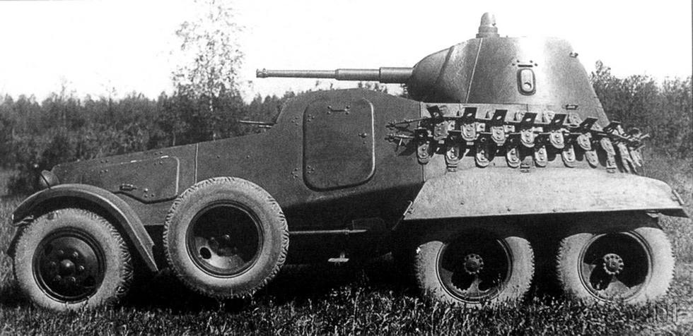 Броневик БА-11 с боковыми запасными колесами и съемными гусеницами