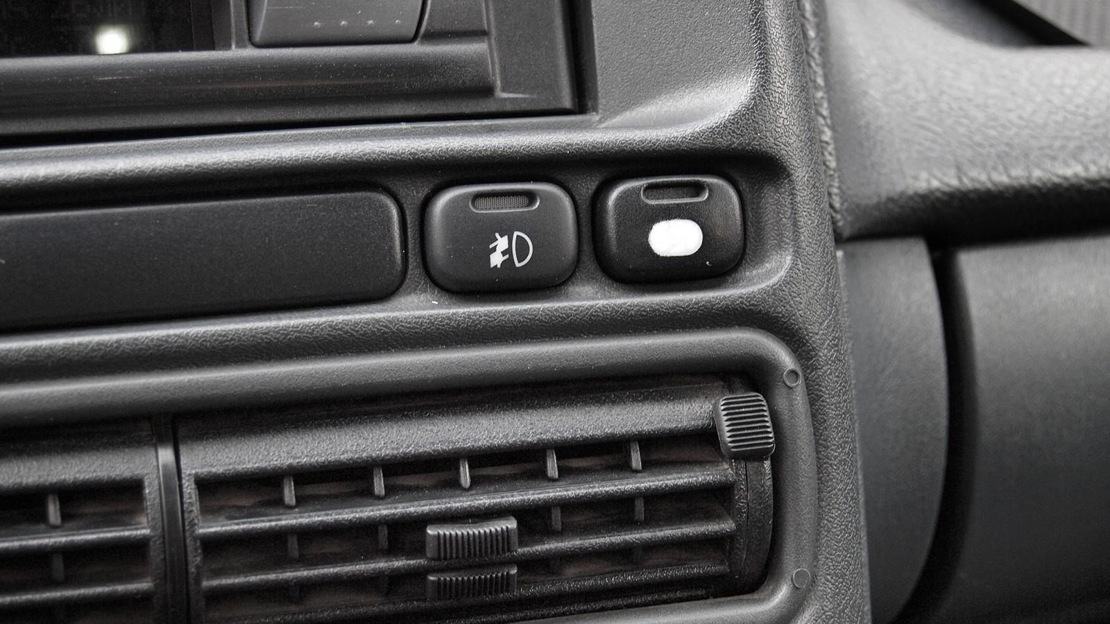 Слева – кнопка включения ДХО, справа – принудительное включение вентилятора радиатора