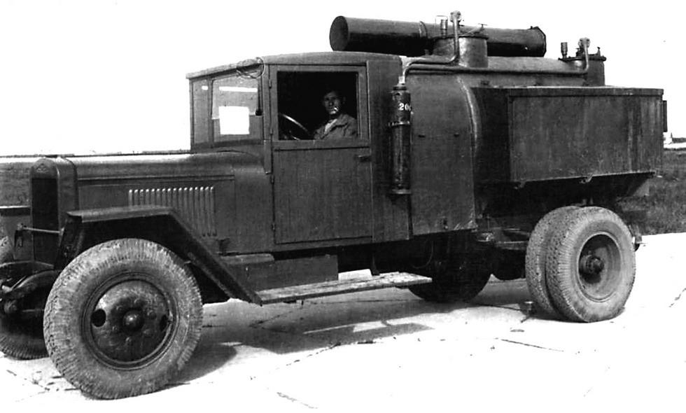 Водомаслозаправщик ВМЗ-43 с системой подогрева и сложенной дымовой трубой