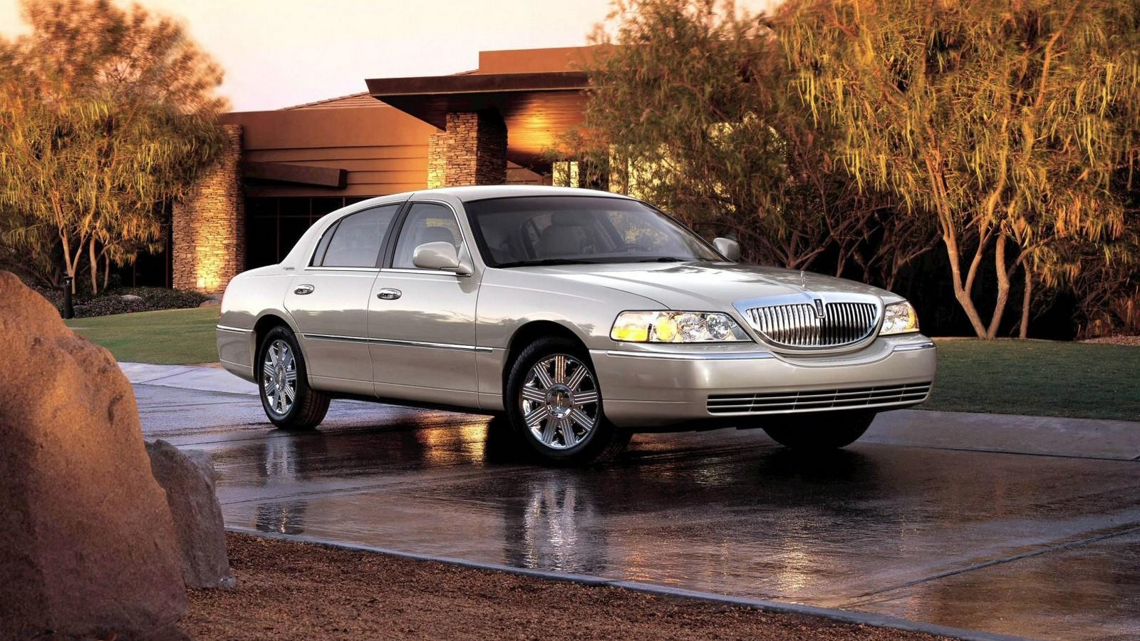 2005 Lincoln Town Car.