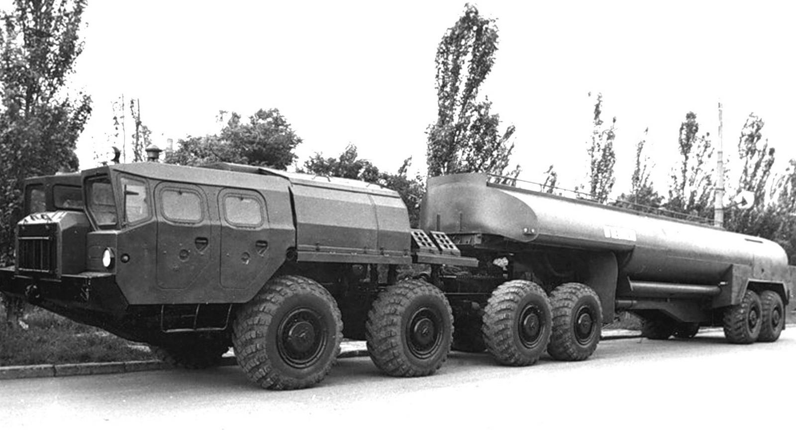МАЗ-7410 с топливозаправщиком ТЗ-30 на шасси активного полуприцепа МАЗ-9989