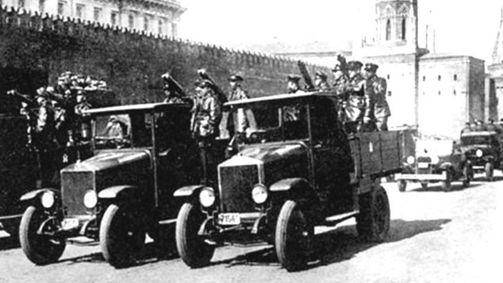 АМО-Ф-15 с пулеметными системами на параде в Москве. 1929 год