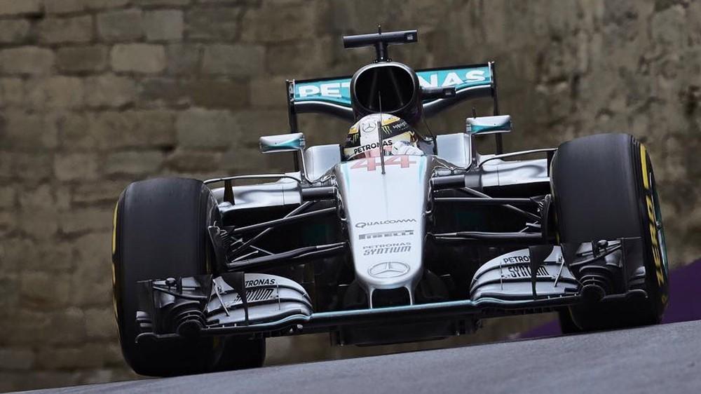 В Баку Льюис Хэмилтон не смог побороться за победу по причине того, что инженеры не имели права давать ему подсказки во время гонки