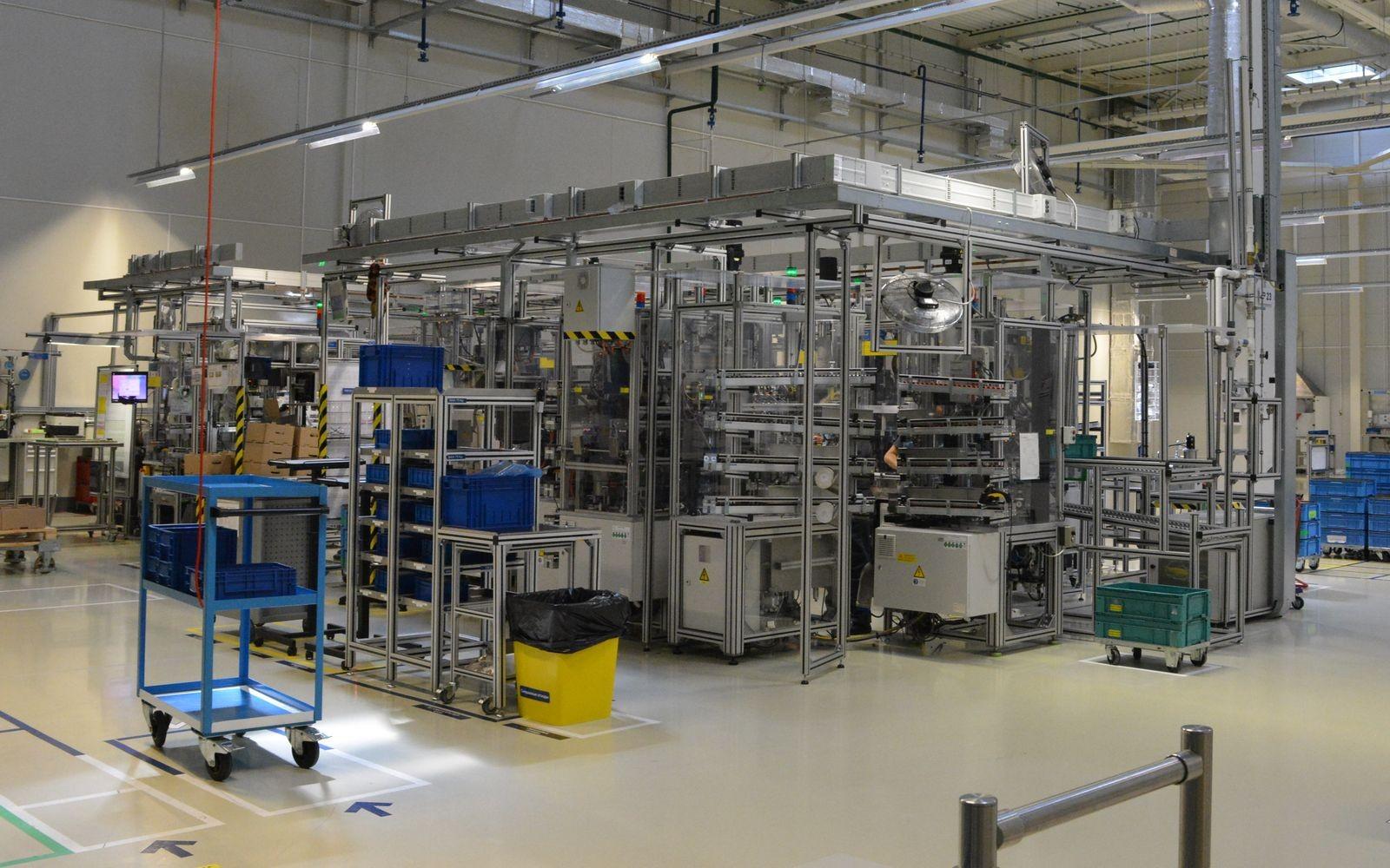 Вот это непонятное сооружение размером со среднюю комнату – конвейер по сборке блоков ABS/ESP, внутри периметра которого трудится по меньшей мере 10 человек.