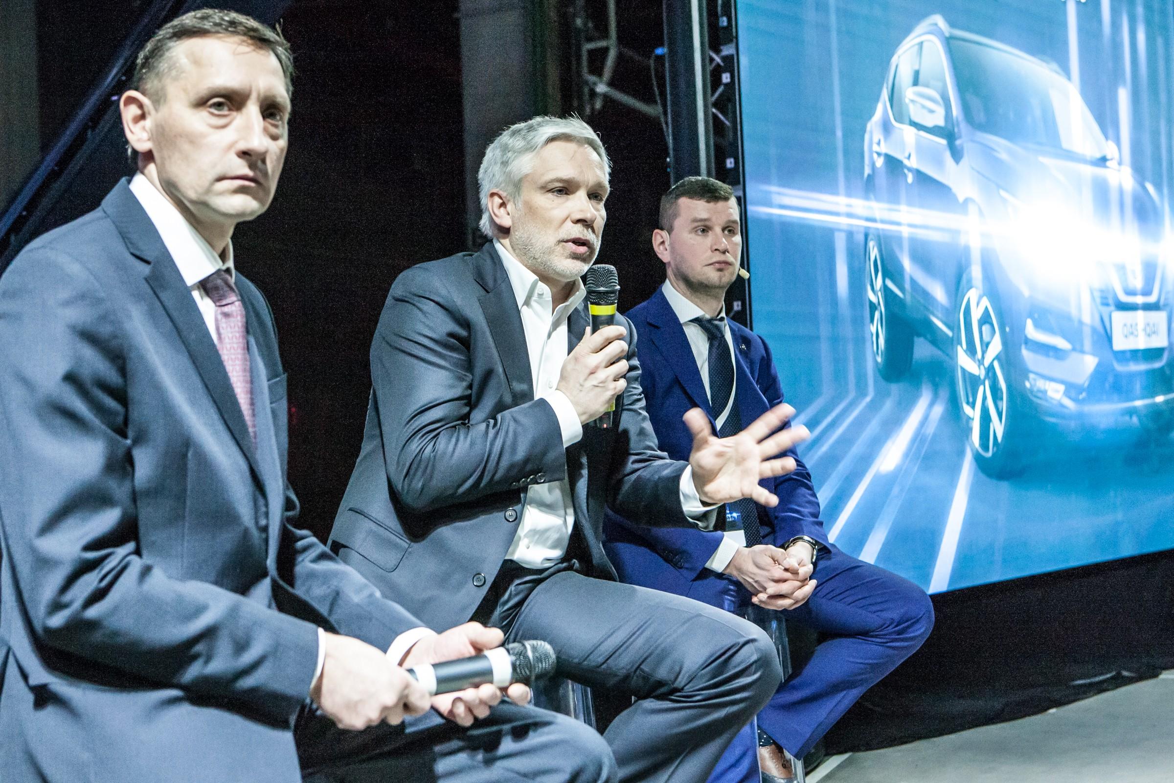 Андрей Акифьев, управляющий директор Nissan в России (в центре), Игорь Бойцов, генеральный директор завода «Ниссан Мэнуфэкчуринг Рус» (слева), Роман Скольский, пиар-директор Nissan (крайний справа)