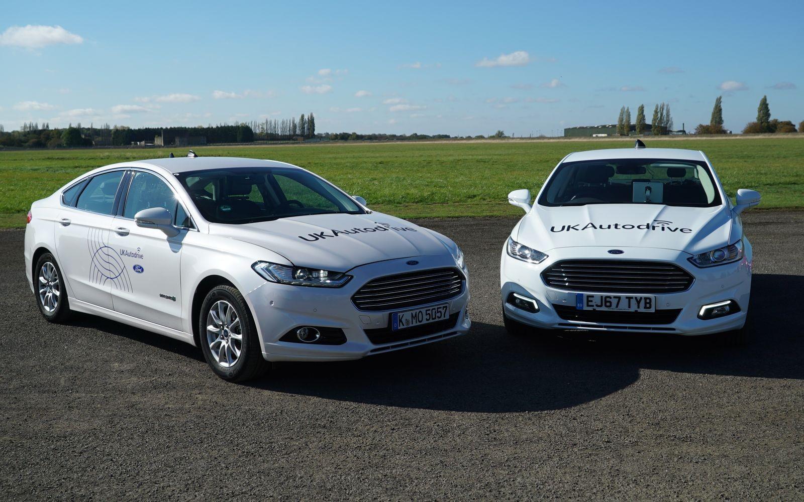 Седаны Mondeo, участвовавшие в программе UK Autodrive, не были снабжены лидарами и прочими типичными «органами» искусственного зрения беспилотников: их задача – показать пользу от коммуникации между автомобилями.