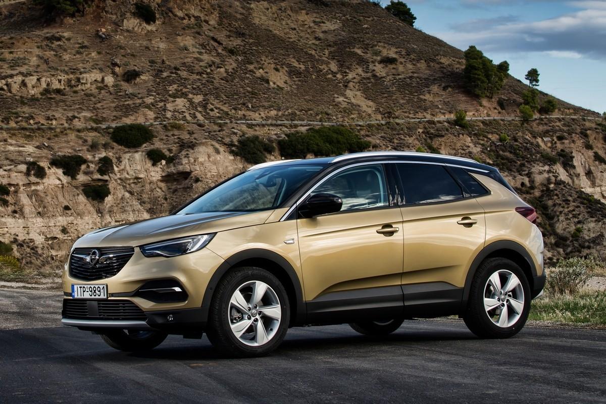 Opel Crossland X был представлен два года назад. Машина спроектирована на платформе EMP2 и о её ходовых качествах можно судить по впечатлениям от ближайшего родственника Peugeot 3008. Вот только не понятно, зачем багажник у Opel такой же маленький, как и у Peugeot...