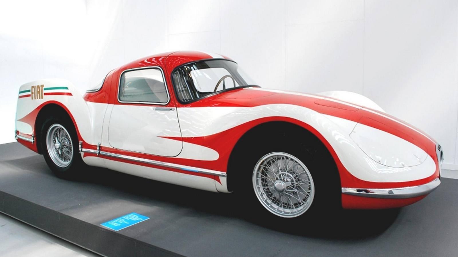 С 1948 года разработкой скоростной газотурбинной машины Turbina занимался итальянский концерн FIAT, приняв за основу своё «нормальное» спортивное купе модели 8V и конструкции авиационных турбовинтовых моторов. Ее шасси собрали в феврале 1954-го, а 10 апреля на свет появился эффектный обтекаемый красно-белый автомобиль с задними стабилизаторами, способный развивать скорость 250 км/ч.Автомобиль FIAT Turbina с задним силовым агрегатом и автоматической трансмиссией модели 8001Главной особенностью 300-сильного ГТД заднего расположения была особая трансмиссия модели 8001, автоматически регулировавшая рабочие режимы компрессора и тяговой турбины. При этом свежий воздух засасывался спереди и подавался к заднему компрессору по центральному тоннелю.При желании на этой схеме можно разглядеть всю «механическую мельницу» машины FIAT TurbinaАвтомобиль получил стальную трубчатую раму и независимую подвеску всех колес со стабилизаторами поперечной устойчивости. После испытаний и демонстрации на Туринском автосалоне в нём выявили множество недостатков, и дальнейшие работы пришлось прекратить.«Огненные птицы» от корпорации General MotorsКак только до далекой Америки долетели слухи о создании в Европе принципиально новых, но пока неиспытанных легковушек с ГТД к их созданию сразу подключились ведущие компании США. Понятно, что первой из них была корпорация General Motors. За короткое время она собрала три опытных работоспособных образца серии GM Firebird («Огненная птица»), более известные своим революционным самолетным стилем и брутальной внешностью, чем высокими техническими достижениями. Всё дизайнерское сопровождение контролировал вице-президент Харли Эрл.Известный дизайнер Харли Эрл во главе своего «огненного семейства» уникальных автомобилей FirebirdВ декабре 1953 года с первой экспериментальной газотурбинной машиной Firebird XP-21 (Firebird I) сразу же произошел конфуз: ее приняли за поставленный на четыре больших колеса одноместный реактивный истребитель с короткими крылышками,