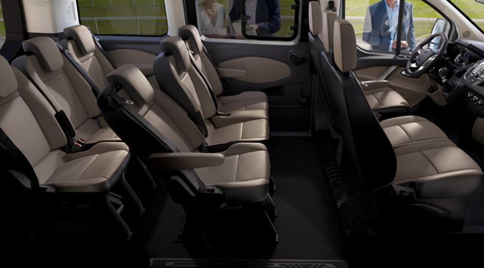 На фото: обновлённый Ford Transit Custom. Палитра доступных эмалей для кузова расширена за счёт трёх новых