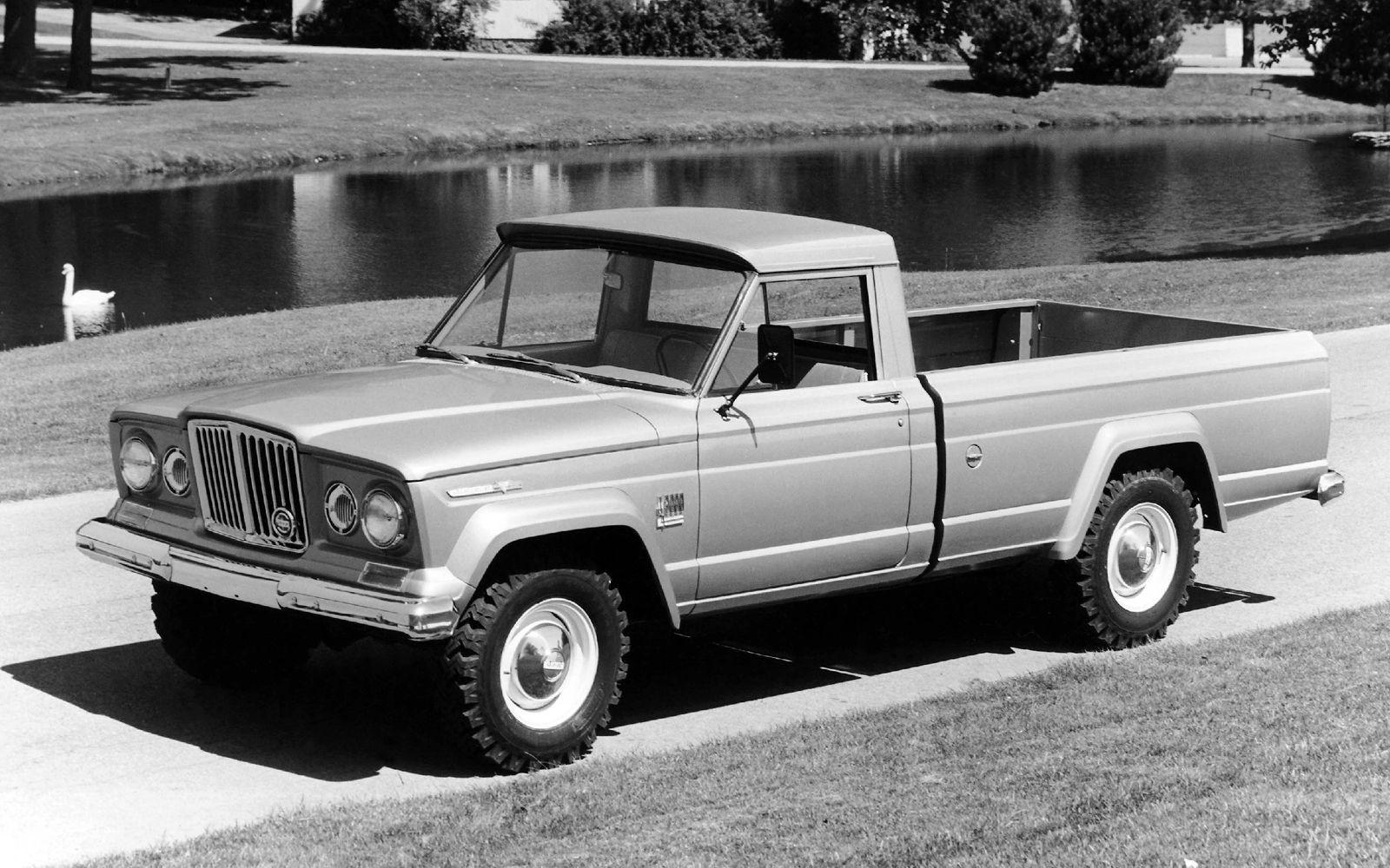 Jeep Gladiator первого поколения был разработан в начале 60-х годов прошлого века на базе внедорожника Wagoneer.