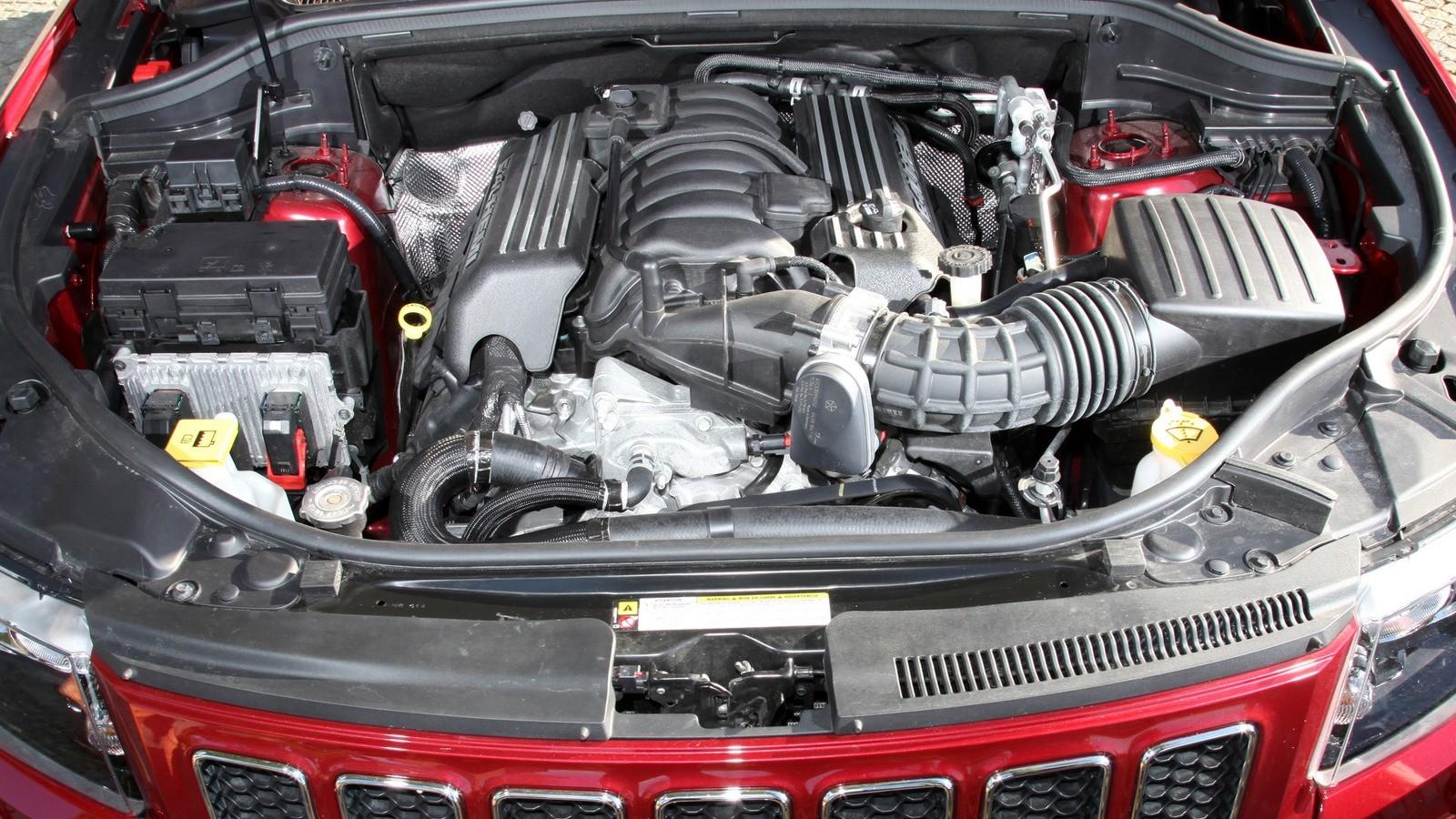 На фото: Под капотом Jeep Grand Cherokee SRT8 '2012–13