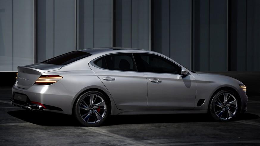 Genesis обновил G70: новое фирменное «лицо», другая мультимедиа и прежние моторы