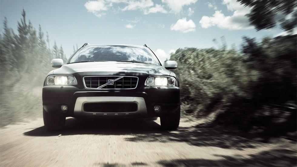 Volvo XC70 на ходу вид спереди