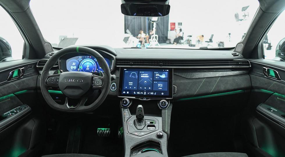 «Заряженное» кросс-купе Geely и Volvo выходит на рынок: 265 л.с. и 6,5 секунды до «сотни»