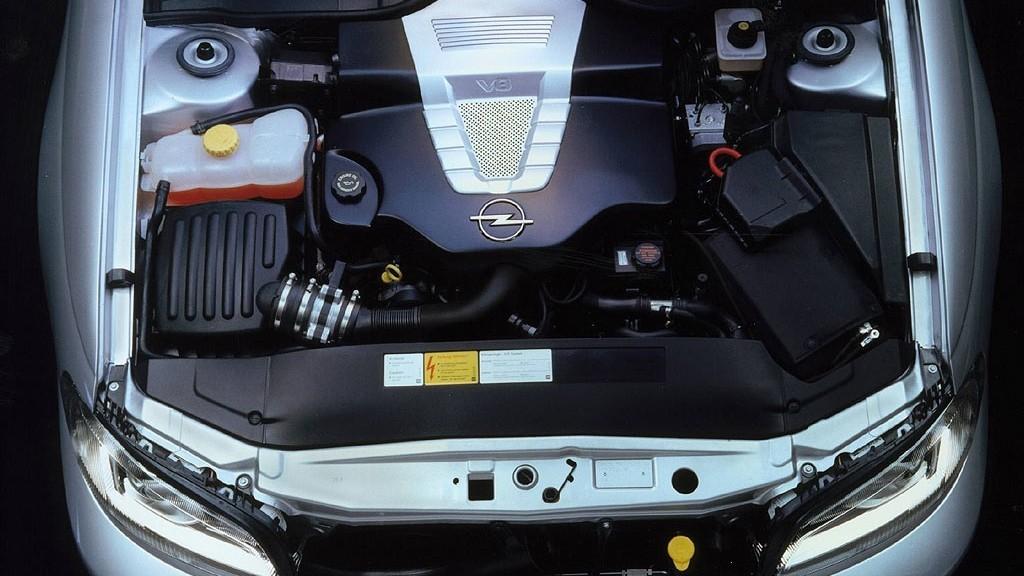 На фото: Под капотом Opel Omega V8 (B) '2000
