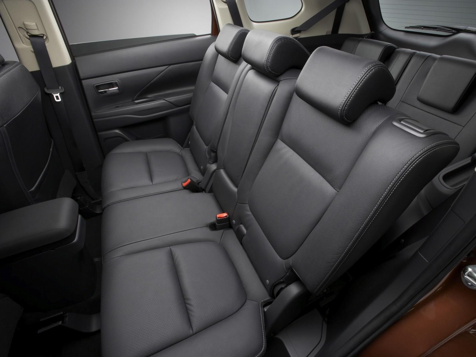 Интерьер Mitsubishi Outlander Worldwide '2012–14 задние сидения