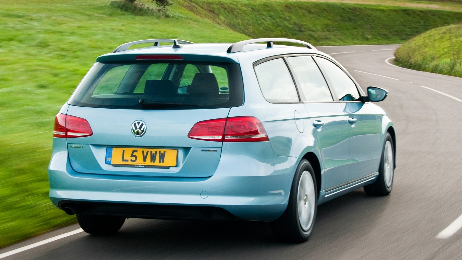 На фото: Volkswagen Passat TDI BlueMotion Estate (B7) '2010–15