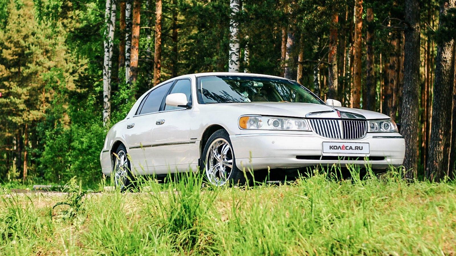 Lincoln Town Car III спереди