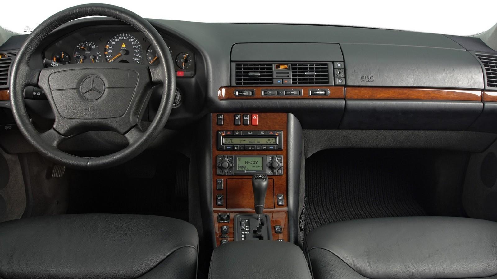 Интерьер W140 и сегодня может считаться эталоном эргономики, качества и оснащения