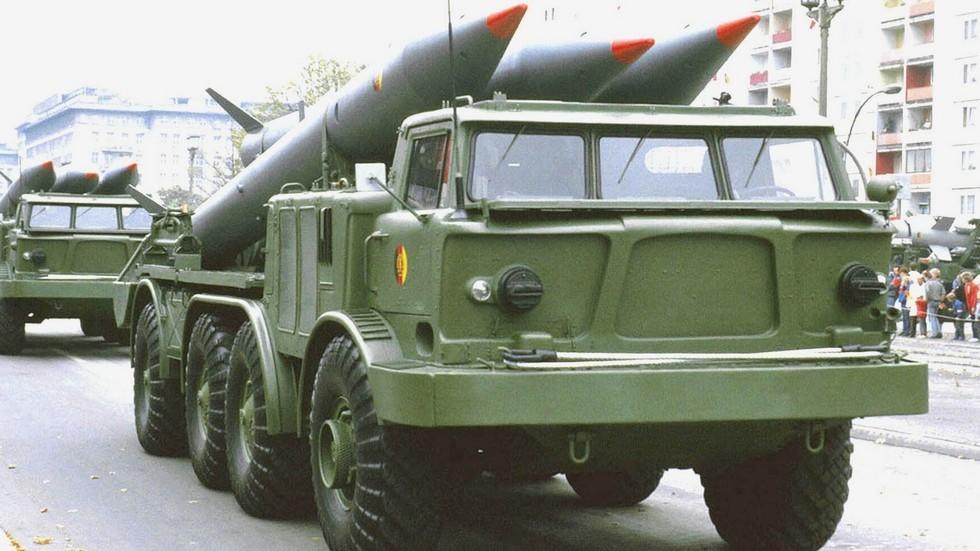 Машина 9Т29 для доставки трех ракет на параде в Берлине (из архива автора)