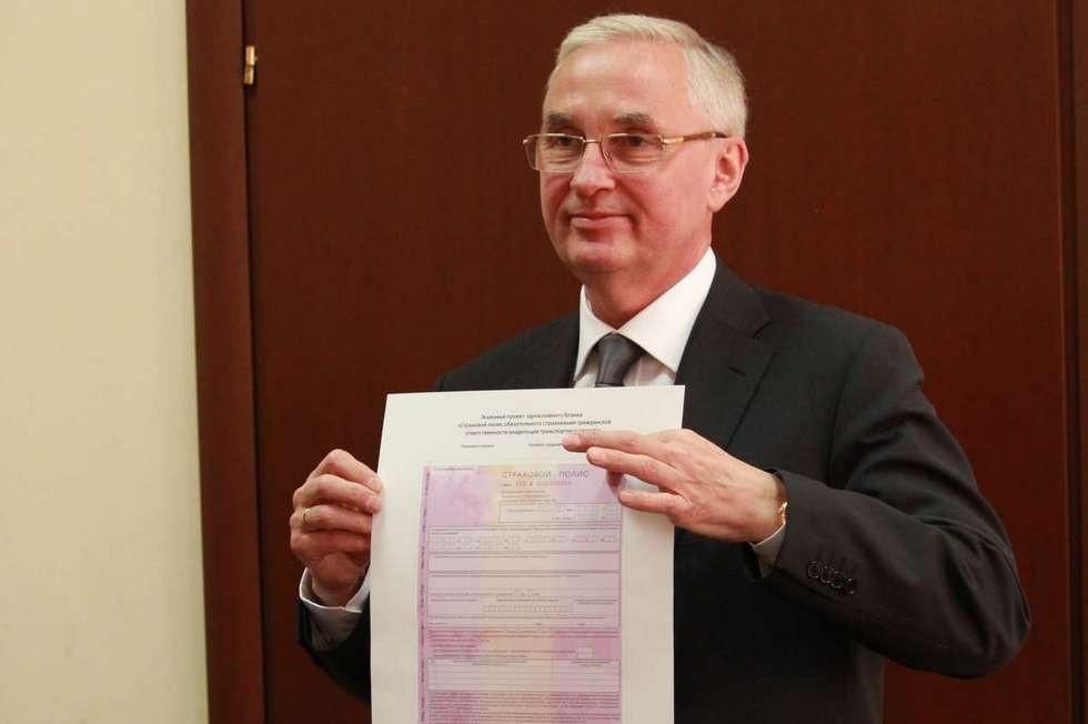 На фото: президент РСА и ВСС Игорь Юргенс представляет новый полис ОСАГО