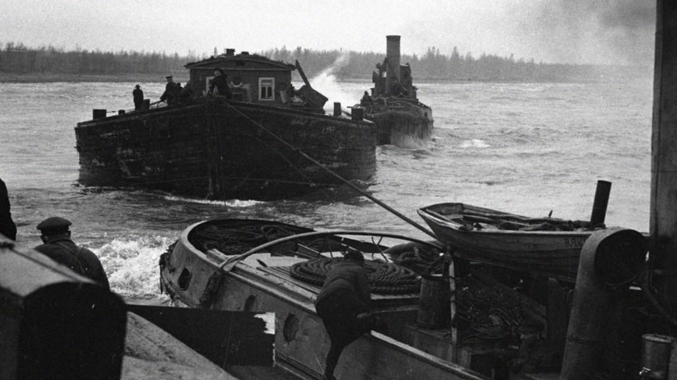 На фото: Подвоз продуктов по Ладожскому озеру (Сентябрь 1942)