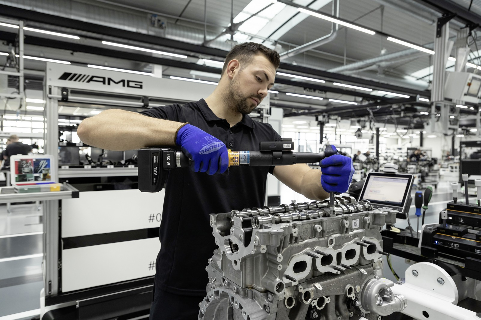 Neuer Mercedes-AMG Vierzylinder-Turbomotor aus hochmoderner Fertigung: Der stärkste Serien-Vierzylinder der Welt, made in Affalterbach New Mercedes-AMG four-cylinder turbo engine from ultra-modern production: The world's most powerful four-cylinder engin
