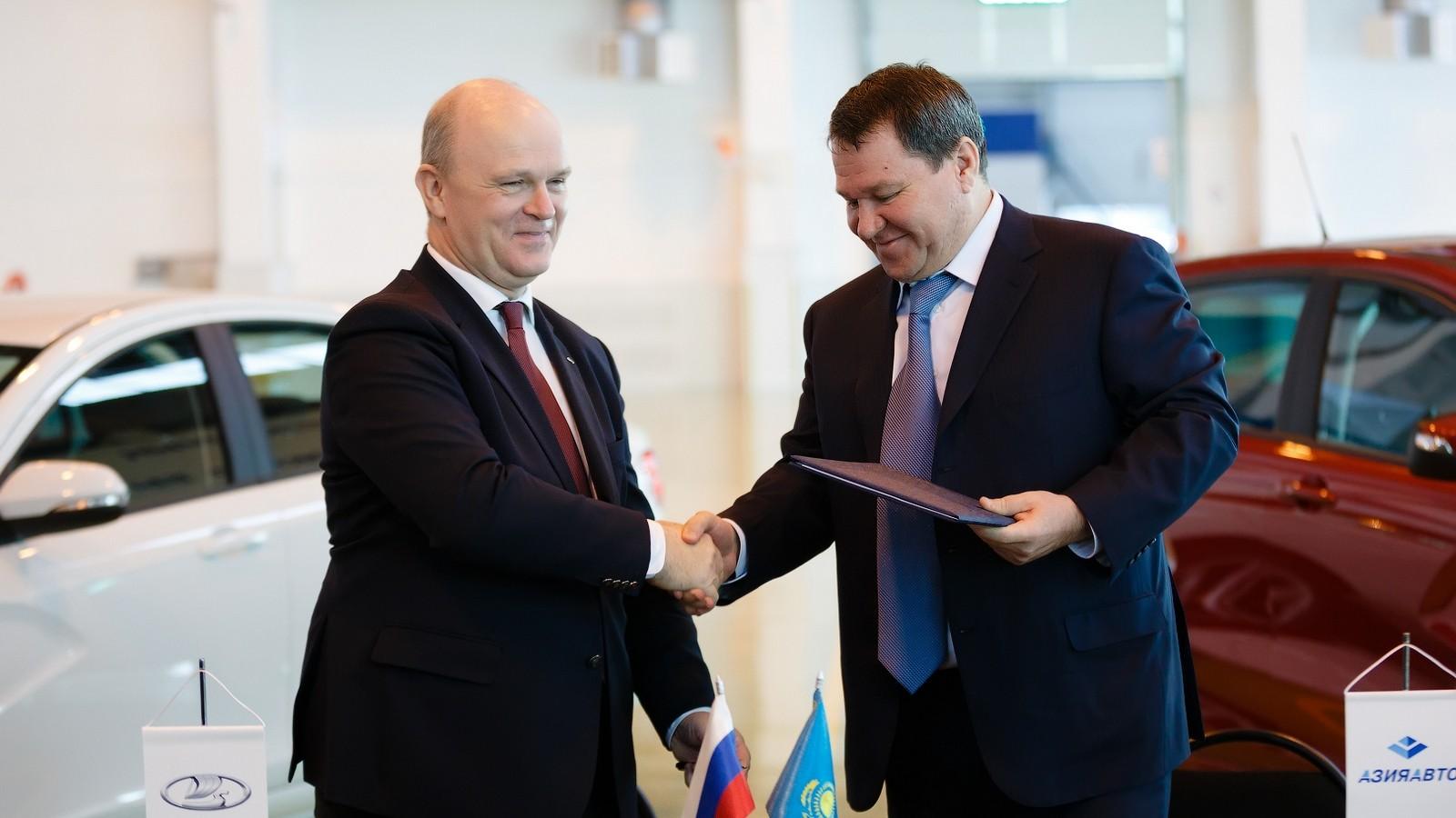 На фото: Николя Мор, президент АВТОВАЗа, и Анатолий Балушкин, президент холдинга «БИПЭК АВТО – Азия Авто»
