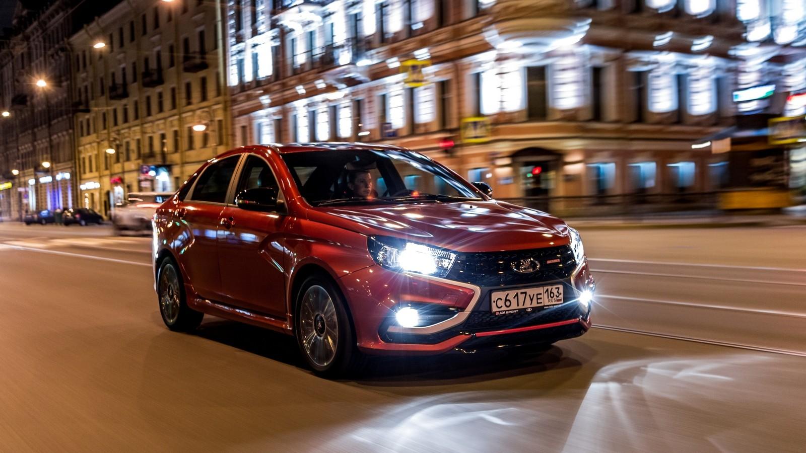 Lada_Vesta_Sport красная в ночном городе (2)