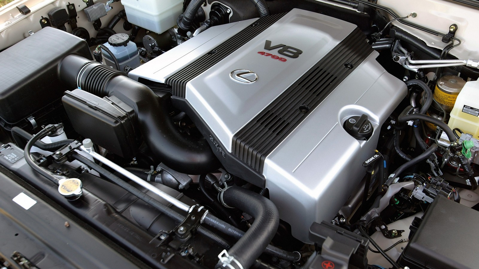 На фото: Под капотом Lexus GX 470 2006